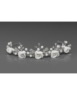 Mooie tiara met satijnen bloemen, parels en kristallen